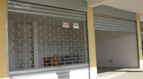 Formello,locale commerciale bilivelli in centro Residenziale