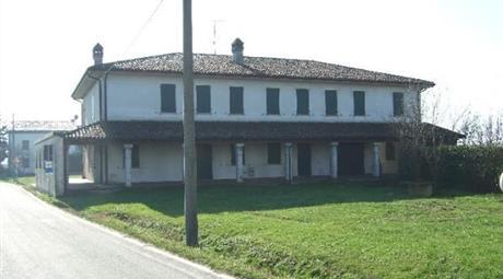 Casa con ampio giardino su due lati