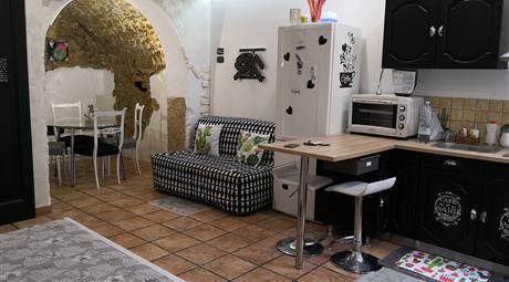 Affittasi monolocale nel cuore di Modica bassa, l'appartamento è dotato di ogni confort affittiamo solo per brevi periodi trasfertisti no residenti. Solo persone referenziate.Il prezzo mensile si riferisce a un periodo di 6 mesi o più. Affitto turistico il prezzo cambia. NO agenzia NO perditempo