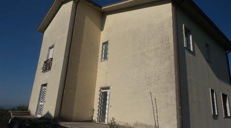 Privato vende appartamento con annesso garage e aia in comune