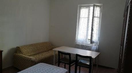 Luminosa stanza in affitto in ampio appartamento