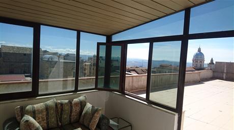 Appartamento con terrazzo panoramico in centro