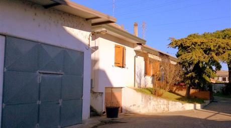 Villa con magazzino e appartamento