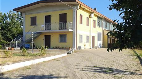 Casa indipendente con Capannone