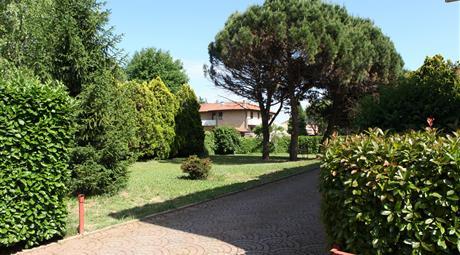 Villa bifamiliare indipendente con giardino