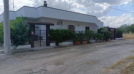 Villa monofamiliare con giardino e depandance in vendita a Ginosa (TA)