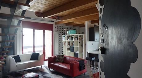 Open space sottotetto, soppalcato, di 110 metri quadrati.