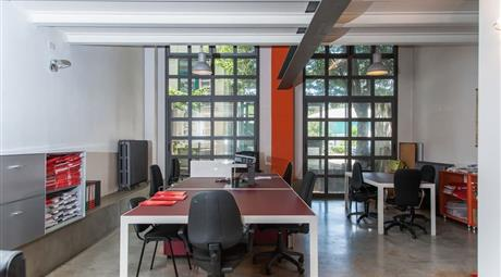 In Via Mecenate al civico 76, bellissimo Loft da utilizzare come Show Room o Ufficio di rappresentanza.