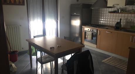 Appartamento finemente arredato, luminoso con balcone abitale, balcone lavanderia. Quattro vani doppi servizi di cui uno in camera matrimoniale, box  per due auto.