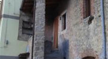 Casale su due livelli in piccolo borgo