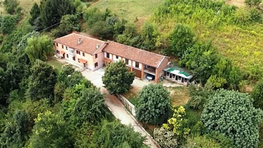 Cascina storica dominante su Asti a 3 km da piazza del palio 35.000 TERRENO CIRCOSTANTE