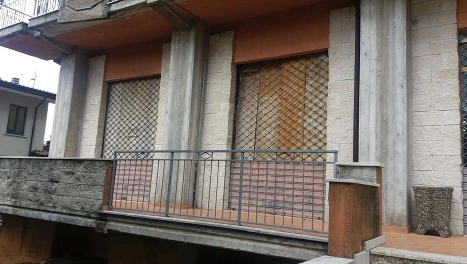 Locali commerciali da ristrutturare a Teora (AV)