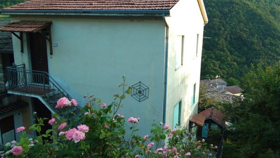 Vendesi casa indipendente con garage a Frazione Montaldo di Cosola