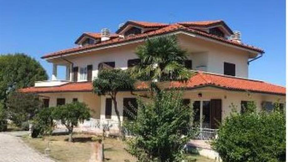 Semi-detached house for sale in strada Costa, 30