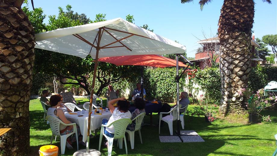 Villa plurifamiliare piano terra, unico livello, dependance, 400 metri giardino