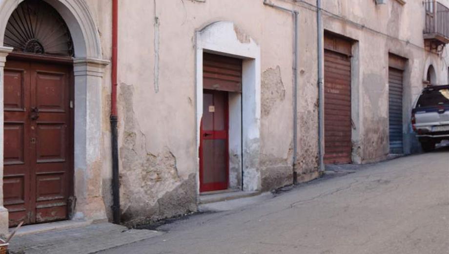Piccolo locale sulla via principale