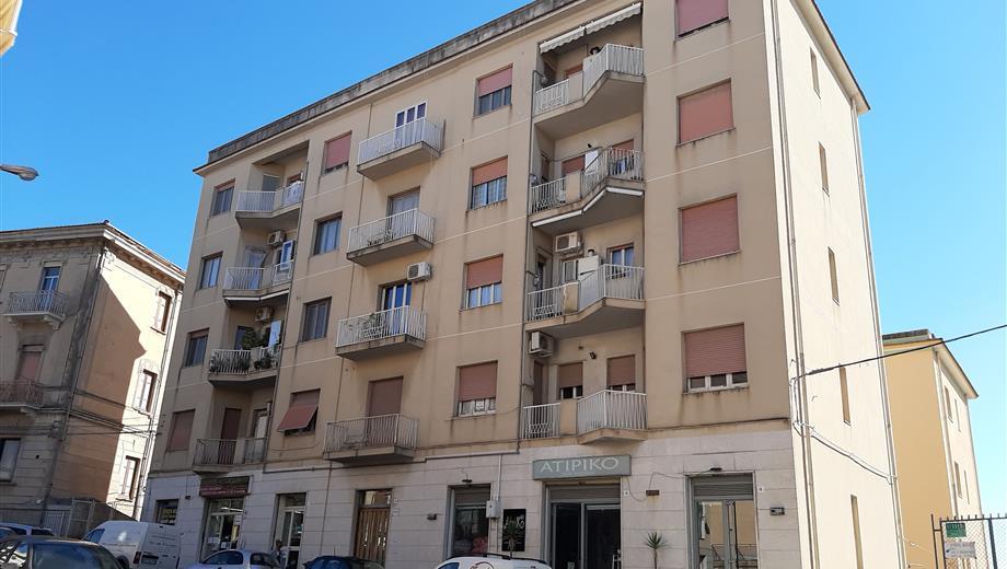 App 1 piano, 5 vani+cucina+servizi, 3 balconi, cantina, garage